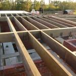Опирание деревянной балки на кирпичную стену: делаем правильно