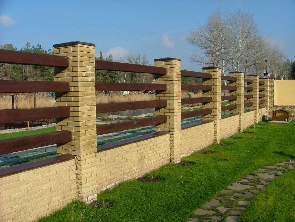 Соединение дерева и кирпича в конструкции ограды