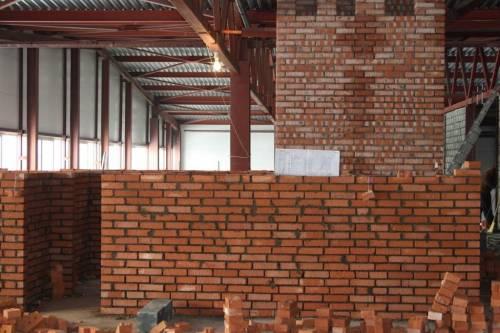 Кирпичная перегородка в строящемся производственном здании