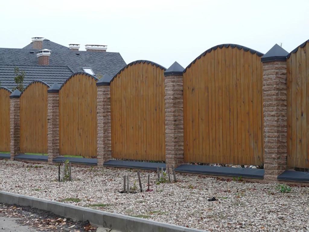 Комбинированный забор из готовых деревянных секций