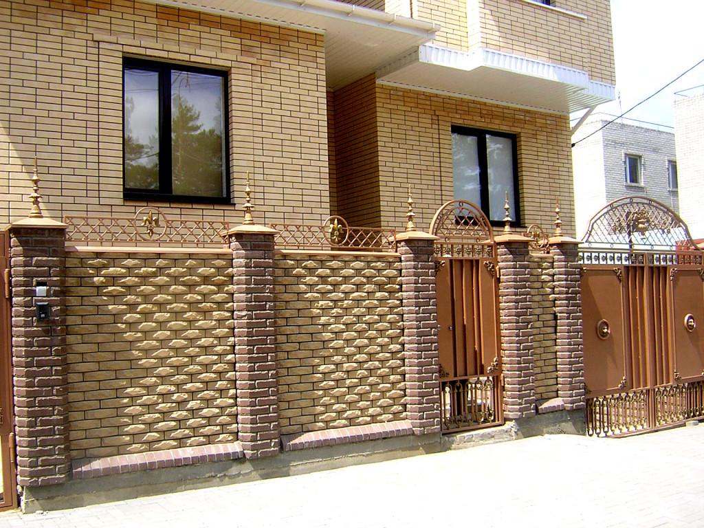 Дом и ограда из глиняного кирпича