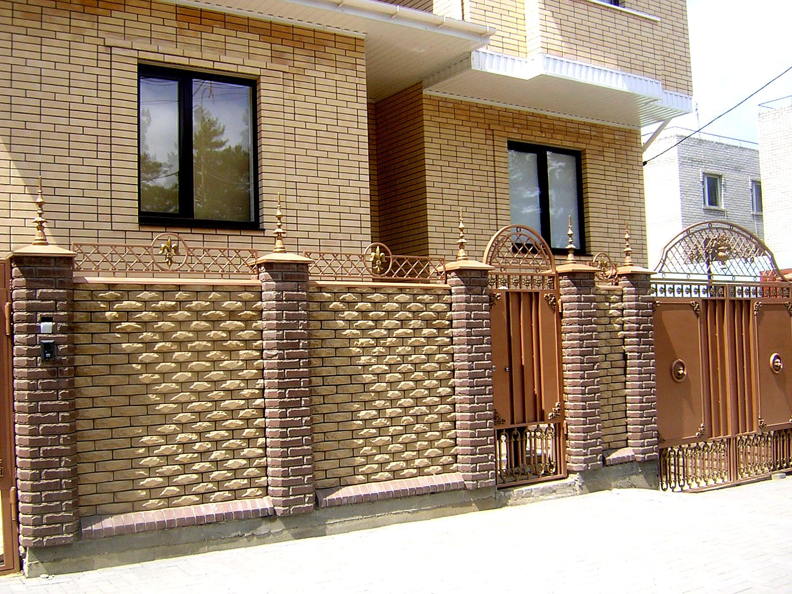 красивый забор кирпичные столбы фото