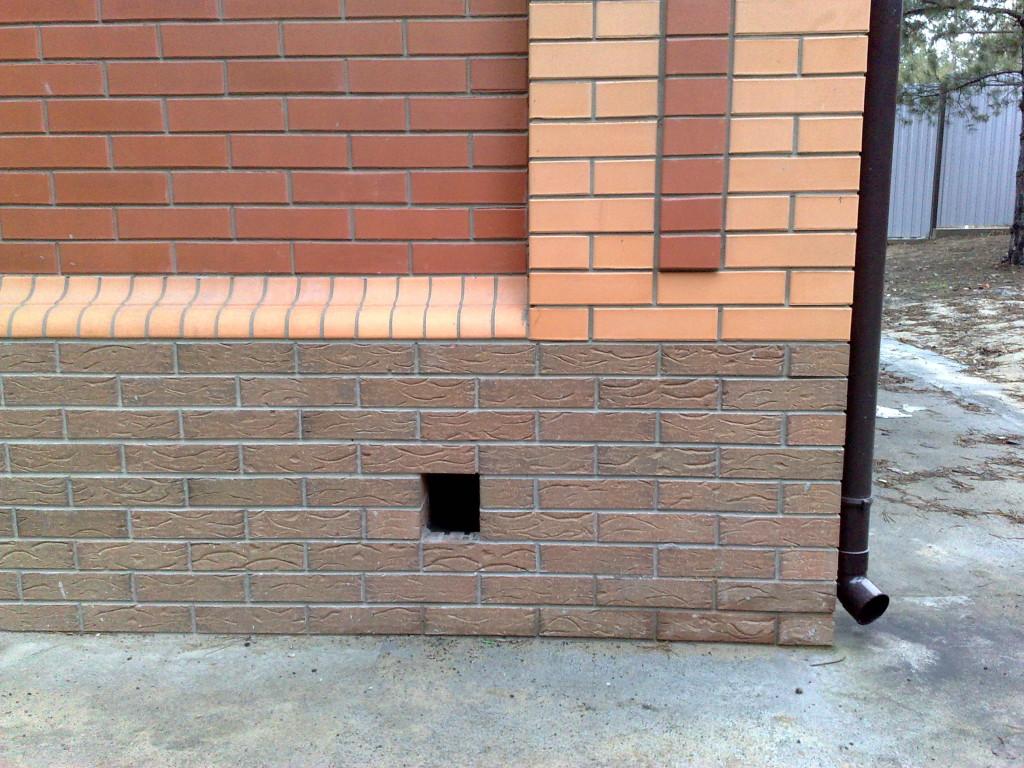 Вентиляционный продух в фундаментной стенке
