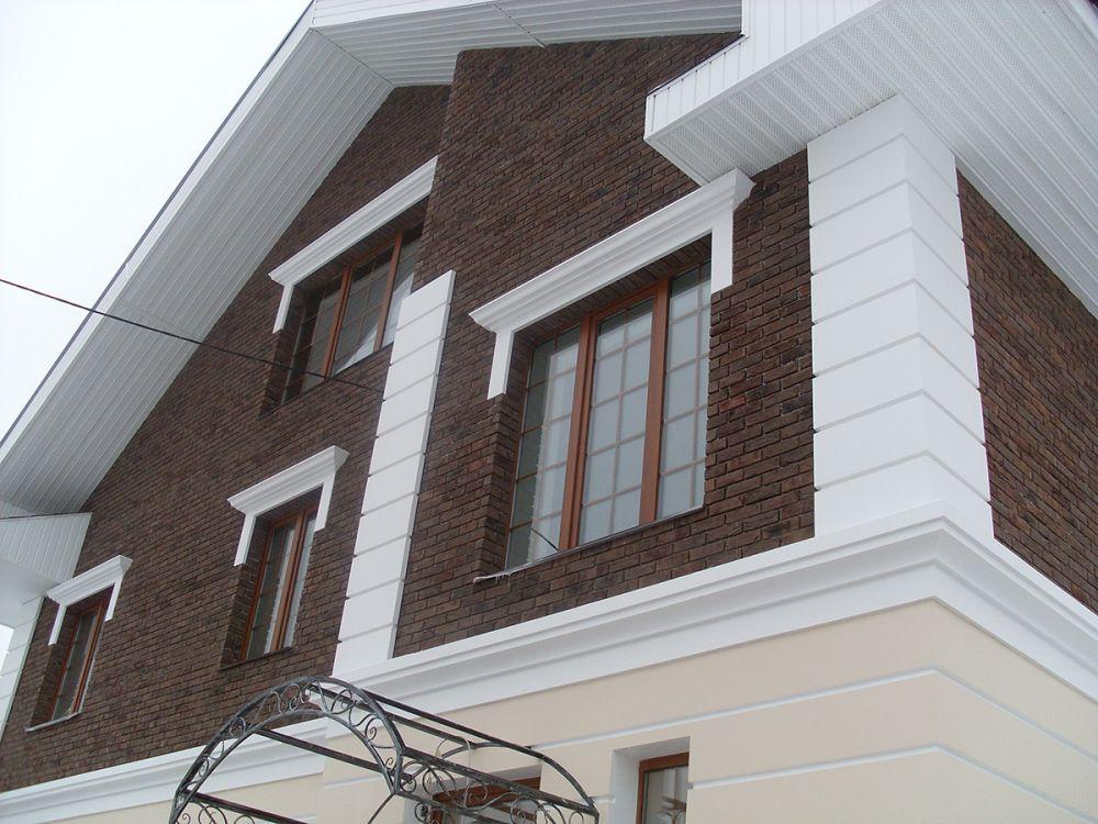 Образец фасада из кирпича: кладка, украшенная полиуретановой лепниной