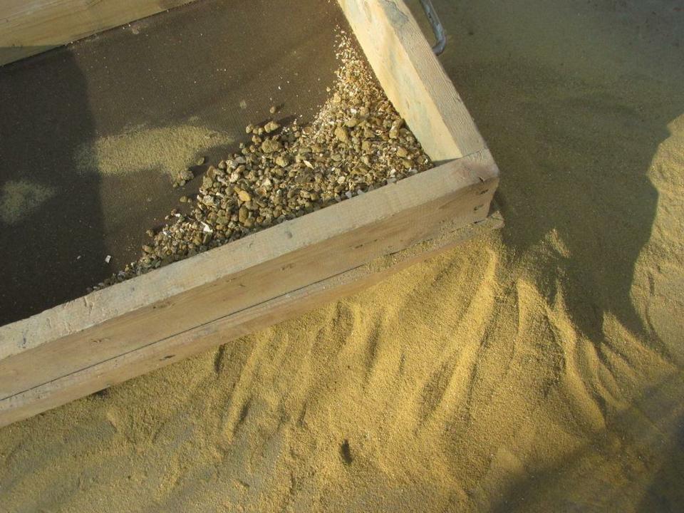 Песок необходимо просеять через сито