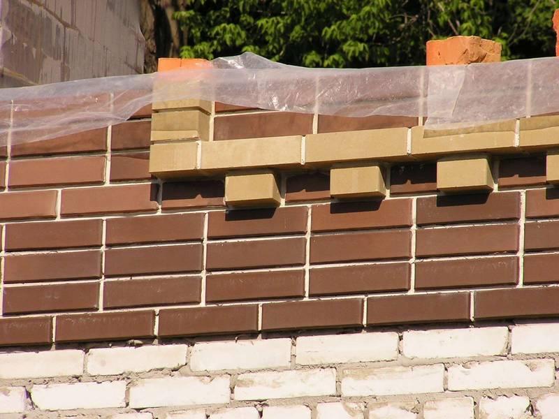 Декорирование стен поясками и уступами
