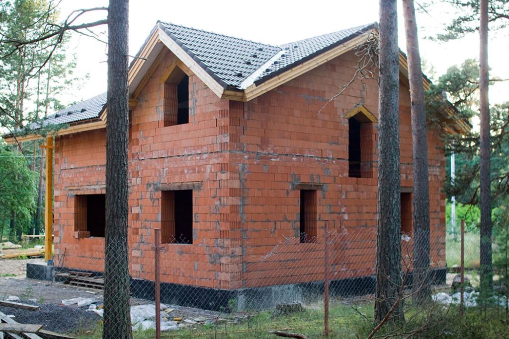Дом недостроен, а высолы на кладке уже появились