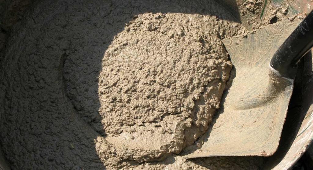 Перелопачивание раствора совковой лопатой