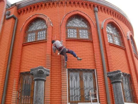 Арочные перемычки, вкупе с соответствующим обрамлением, необыкновенно украшают фасад