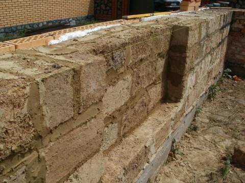 Саманная стена с кирпичной облицовкой