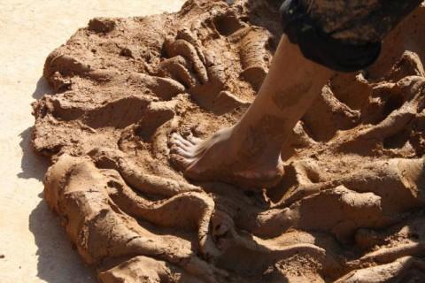 Вымешивают глину ногами
