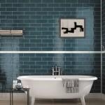 Глазурованная плитка в форме кирпича на стенах ванной