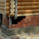 Кирпичный цоколь для дома на сваях, опирающийся на бетонную ленту