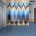 Многоцветное покрытие стены, выполненное глазурованной плиткой под кирпич