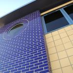 Комбинация глазурованного кирпича и плитки в дизайне фасада