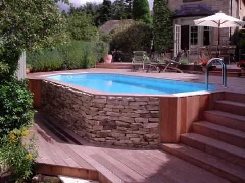 Наземный бассейн, устроенный на перепаде рельефа участка