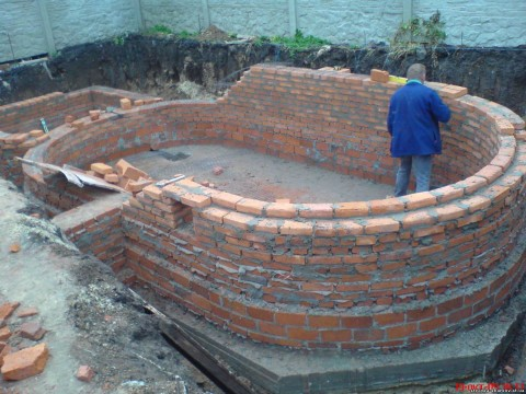 Овальный бассейн со стенками в один кирпич