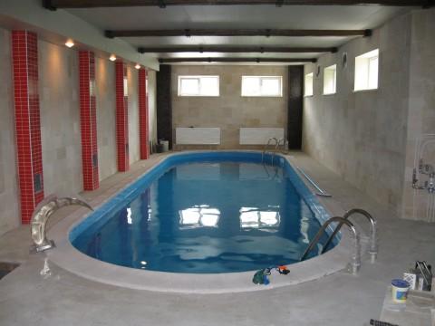 Полностью погруженный бассейн в помещении