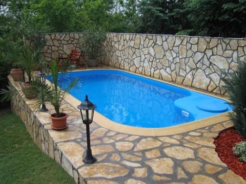 Уличный бассейн на подиуме
