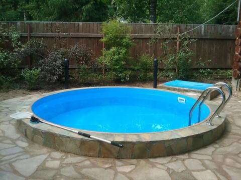 Уличный, полностью погруженный бассейн с невысоким бортиком