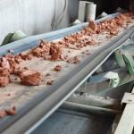 Подача глины-сырца к смесителям