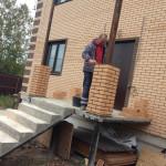 Столбы для опоры навеса над входом в дом