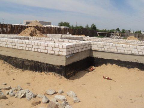 Строительство цоколя (только в сухом климате)