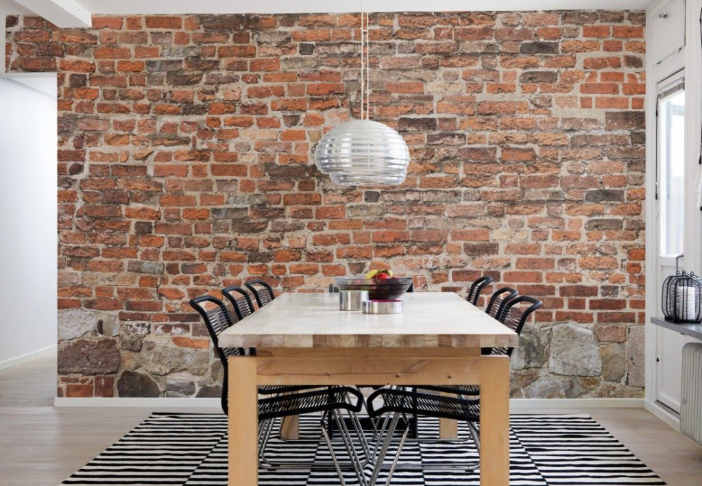 Кирпичная стена может стать основным украшением интерьера