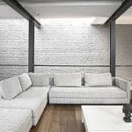 Гостиная с белой стеной