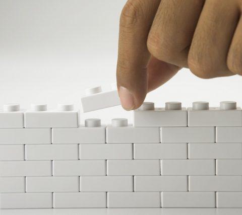 Принцип сборки у лего кирпича и конструктора один и тот же