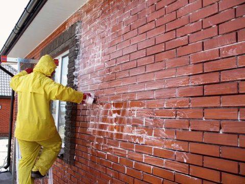 С химическими средствами для удаления высолов работайте в спецодежде и средствах защиты