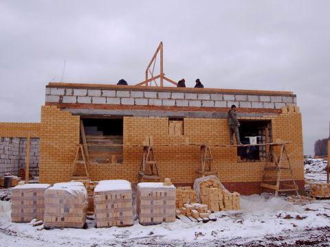 Возведение стен зимой способствует образованию высолов