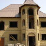 Дом, облицованный фактурным кирпичом