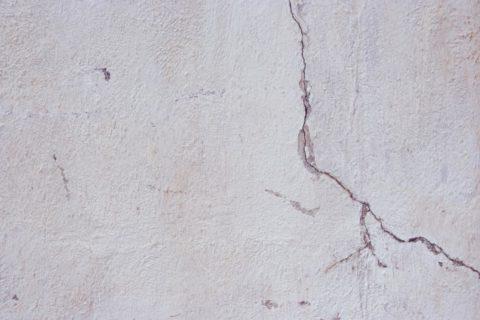 На штукатуренной и побеленной поверхности хорошо видно трещины, через которые может прорваться дым и пламя