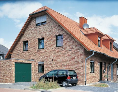 Облицованный кирпичом дом