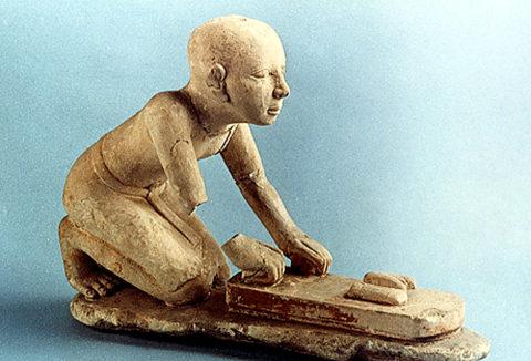 Статуэтка пекаря, готовящего хлеб на камнях. Древний Египет