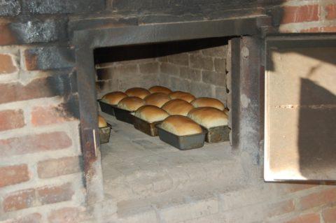 Выпечка хлеба в кирпичной печи