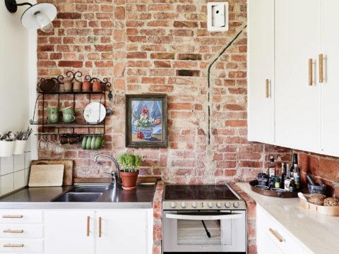 Оформление кирпичной стены в кухне