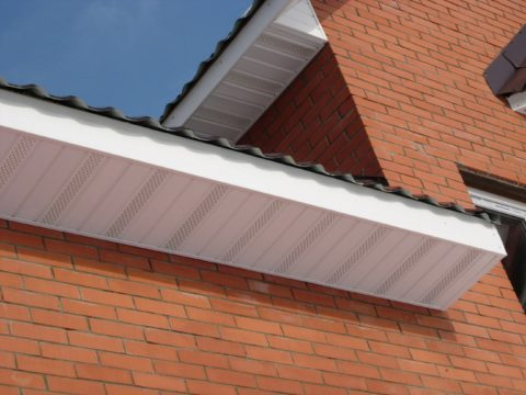 Увеличенный свес крыши защищает фундамент