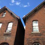 Этим домам больше сотни лет и фасады даже не подверглись разрушению