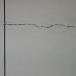 Или даже более серьезные трещины шириной несколько миллиметров