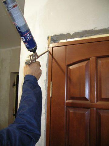 При черновом ремонте можно сразу установить выбранные двери