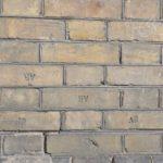Старинные кирпичи с клеймом «АR» в стене Брестского государственного университета им. А.С.Пушкина