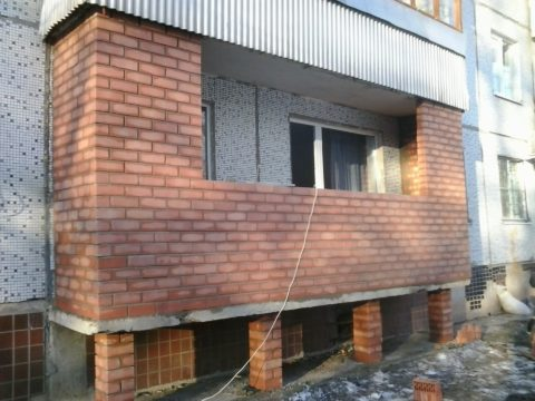 Утяжелять балкон кирпичными стенами нельзя (правда на фото первый этаж и возведены дополнительные опоры для плиты)