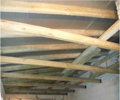Крыша первого этажа со смонтированными стропилами и гидроизоляцией кровли.