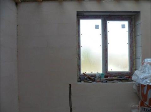Шпаклеванная стена из газобетона
