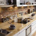 Кухонный фартук из рустированного кирпича