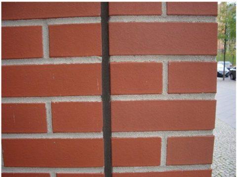 Пример усадочного шва на кирпичной стене