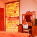 Интересная отделка спальни с подсветкой