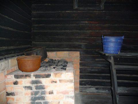 Печь по-черному, хорошо видны закопченные стены парилки